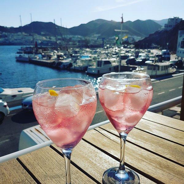 Bebidas en el puerto