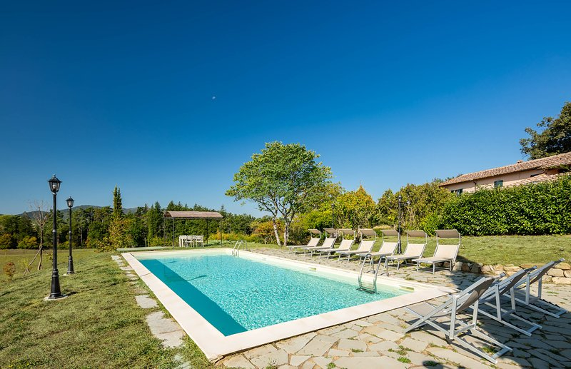 Private Villa with 8 bedrooms and salt water pool, holiday rental in Pratolino
