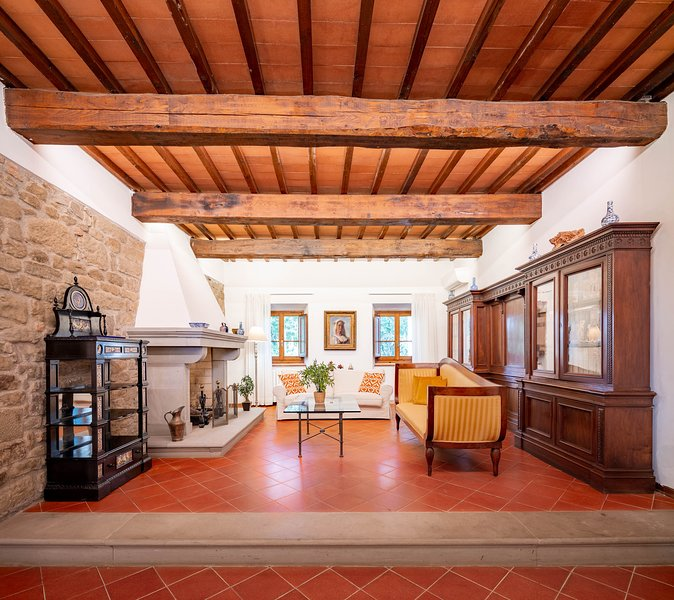 Private Villa on surrounding Florentine hills (6 bedrooms), vacation rental in Florence