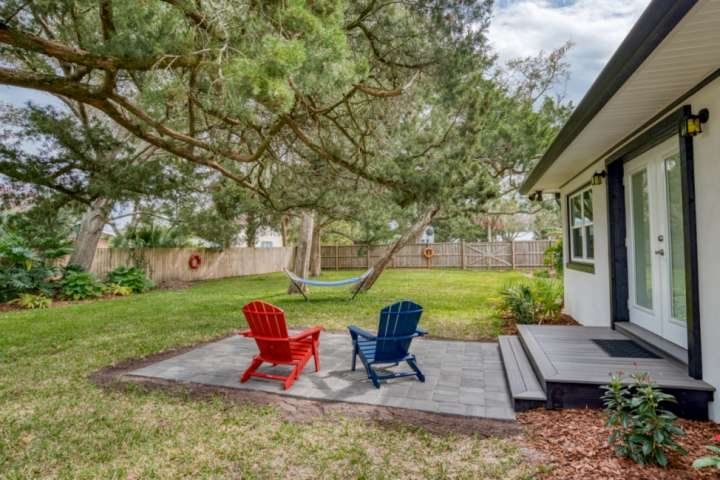 Private Cozy Retreat-Beautiful gardens & lawn fully fenced. Ride bikes .5mi. to, holiday rental in St. Augustine