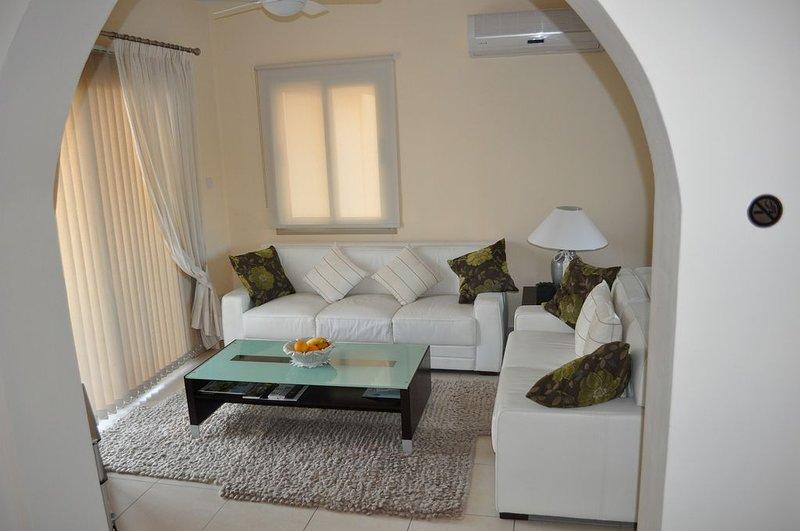Spacious villa with swimming-pool, aluguéis de temporada em Kissonegra