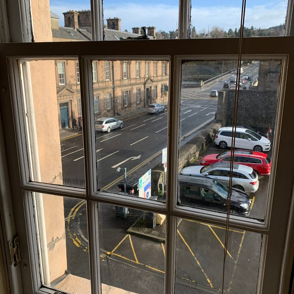 Bella vista attraverso le finestre nel soggiorno.