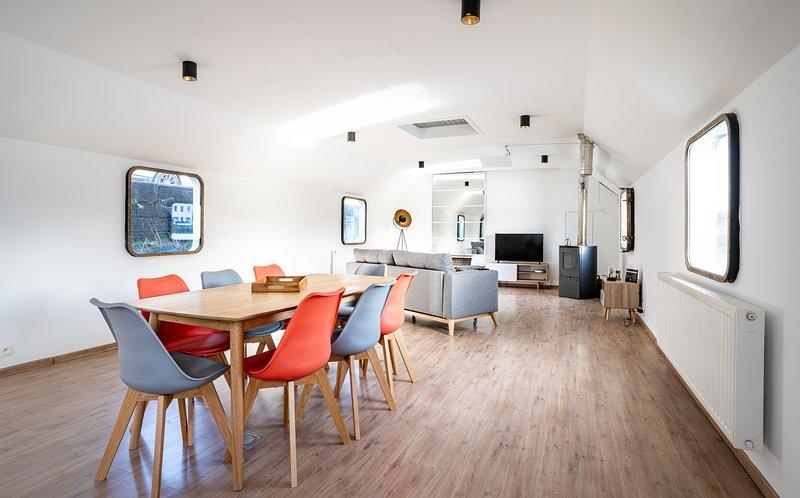 Arcadia - Péniche de standing à Namur Centre, holiday rental in Saint-Denis-Bovesse