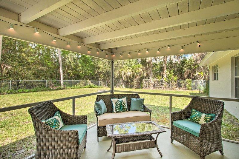 Un cortile alberato tropicale offre ampia privacy in un ambiente rilassante.
