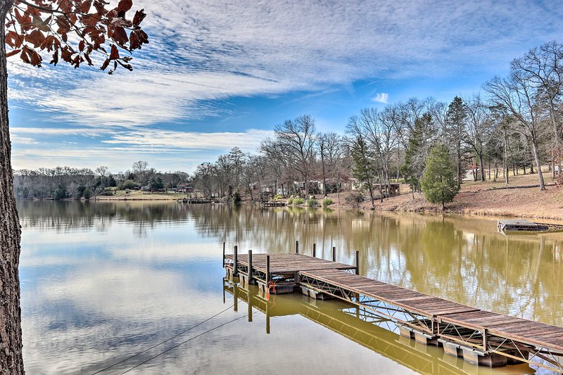 NEW! Relaxing Waterfront Escape w/Dock + Fire Pit!, holiday rental in Calhoun Falls