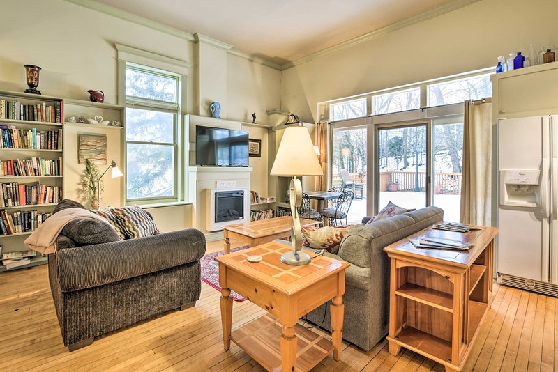 Charming Saugatuck Condo w/ Private Deck + Grill!, vacation rental in Saugatuck