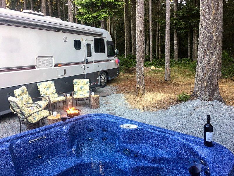La tua vasca idromassaggio e area salotto private e appartate, con pozzo del fuoco