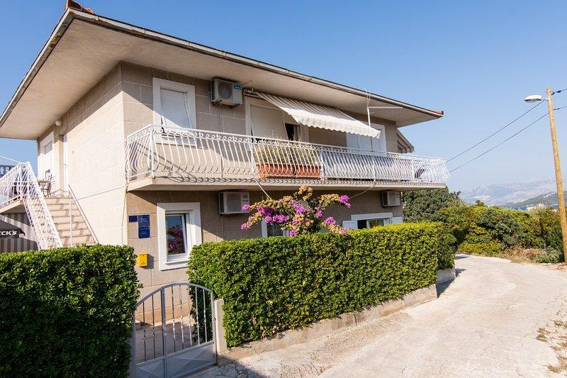 Ivica - garden terrace A1(2+1) - Slatine, casa vacanza a Slatine