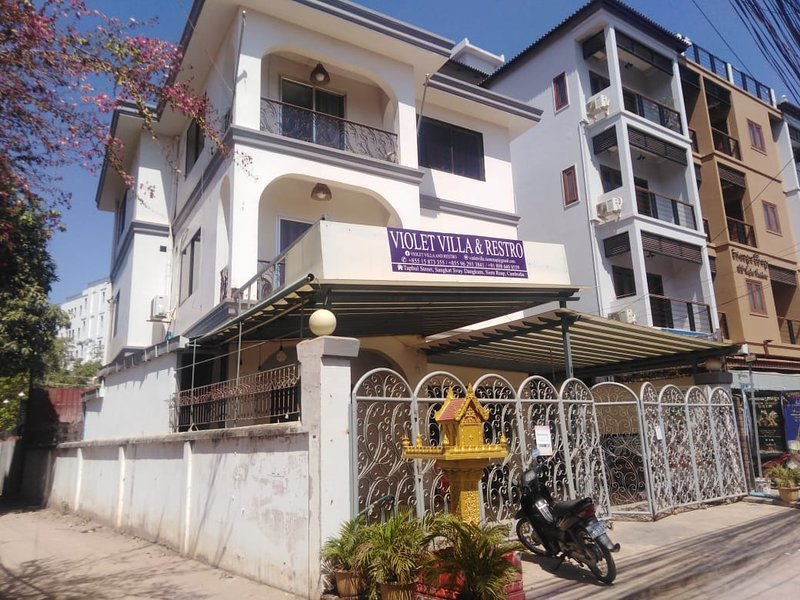 Violet Villa and Restro ( Air Condition ), holiday rental in Svay Dangkum