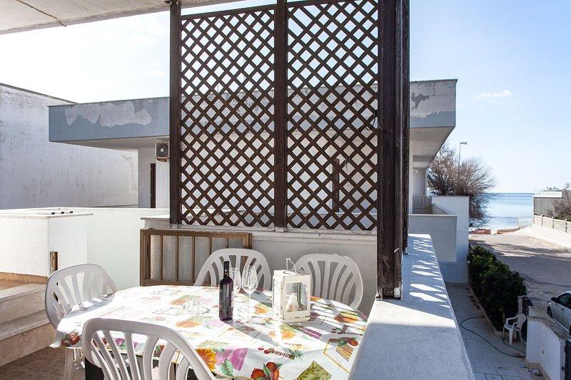 Casa vista mare direttamente in spiaggia m237, holiday rental in Torre Lapillo