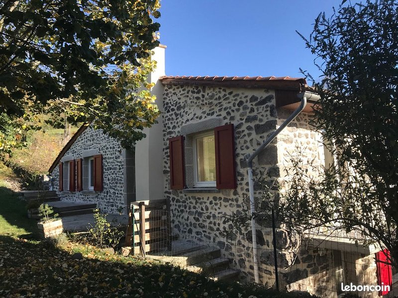 maison gitelasiestou calme a 5 min du PUY EN VELAY, holiday rental in Saint-Hostien