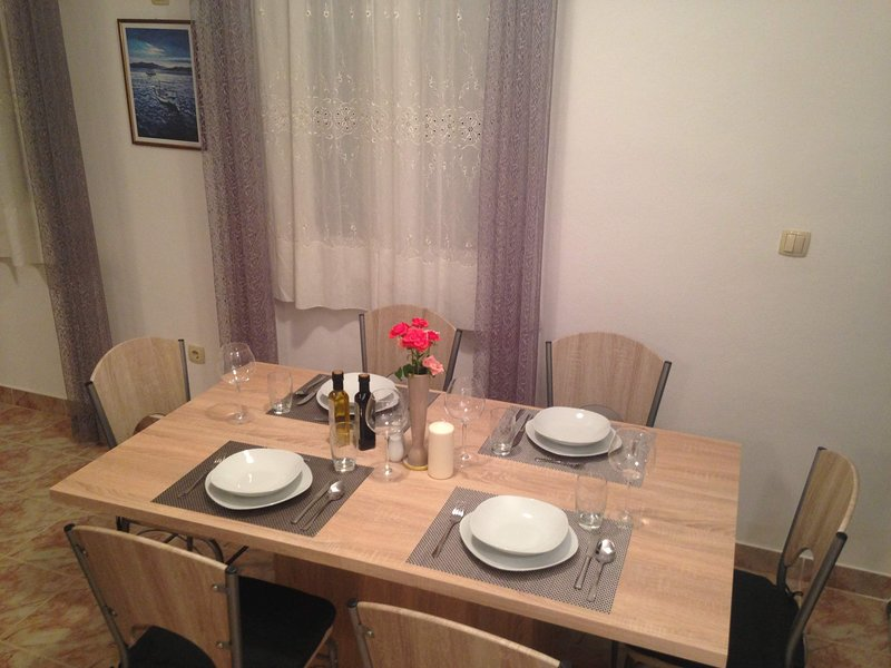 Family Apartment with Barbecue, holiday rental in Kastel Luksic