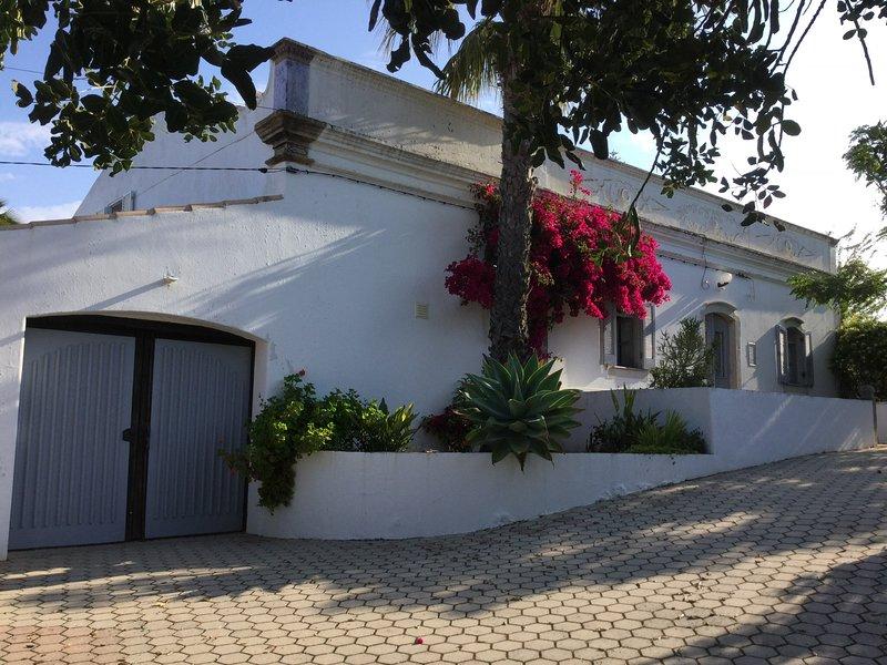 Casa Serendipity country setting Farmhouse Annexe. 10 mins from beach & shop etc, holiday rental in Alfarrobeira
