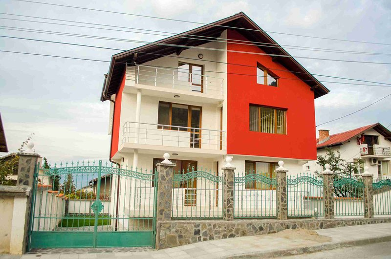 Mountainside Villa With Garden And Amazing Views, vacation rental in Kyustendil Province