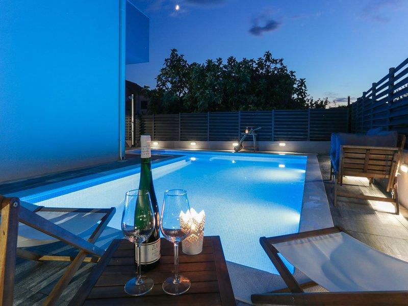 Luxury Villa Maro with Heated pool, holiday rental in Kastel Kambelovac