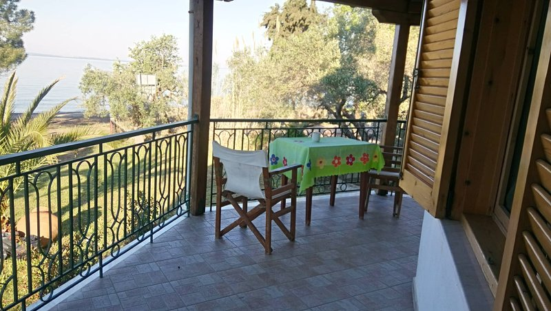AMAZING SUMMER HOUSE BY THE BEACH, holiday rental in Metamorfosi