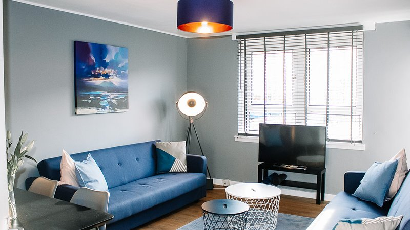 Anchored | Lovely Apartment in West Glasgow's Yoker area, vacation rental in Clydebank