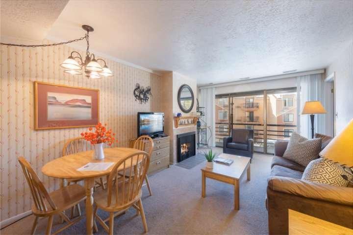 Benvenuti a Prospector Square Home! Presenta un camino a gas, una nuova HGTV, un nuovo divano letto queen size e un tavolo da pranzo per quattro persone