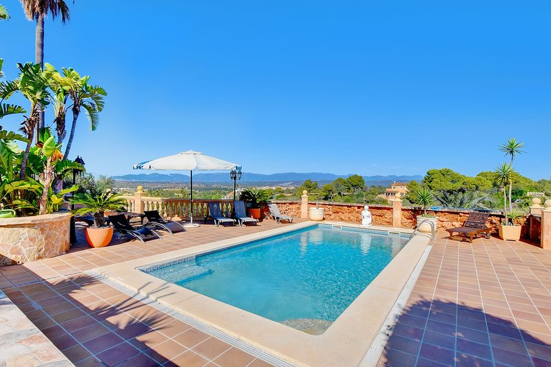 Villa Laura with sea views, paddle court, gym, private pool and BBQ, vacation rental in El Arenal