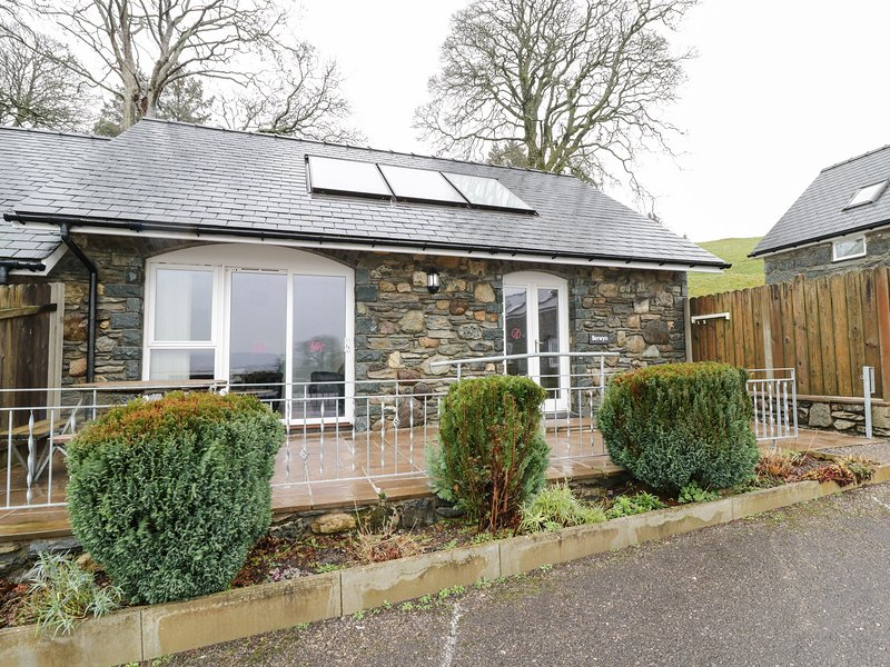 BERWYN COTTAGE, family friendly, character holiday cottage, with a garden in, holiday rental in Llangower