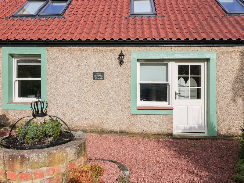 ROSE COTTAGE, exposed wooden beams, velux windows, conservatory, in Coldingham, holiday rental in Coldingham
