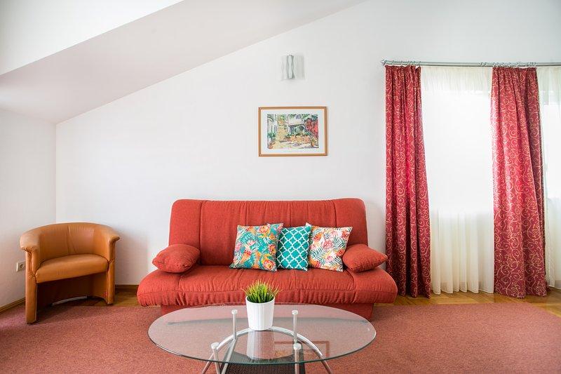 Apartment for 4, balcony, 400m from Trogir centre(Bili SU4), casa vacanza a Trogir