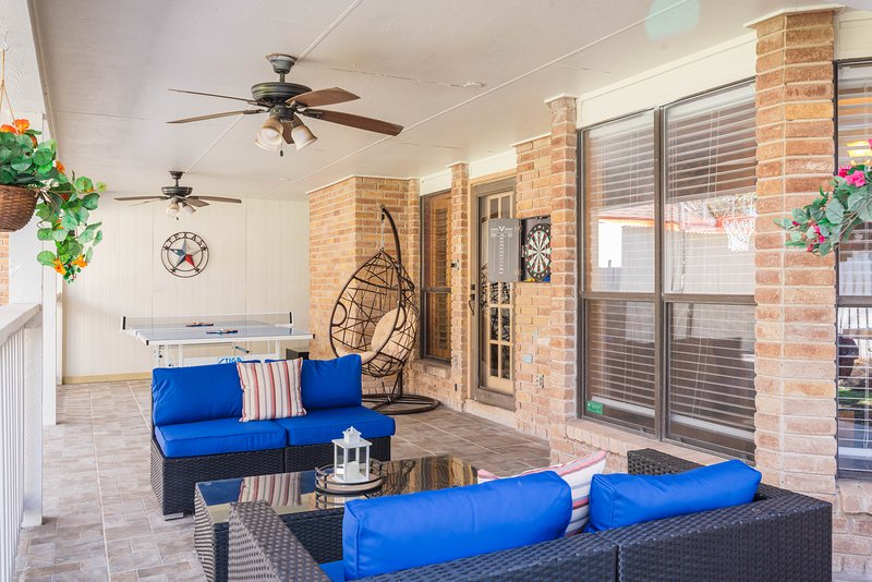 Beautiful Texas ranch style House w\ Games, Private patio, yard & BBQ, holiday rental in Castle Hills