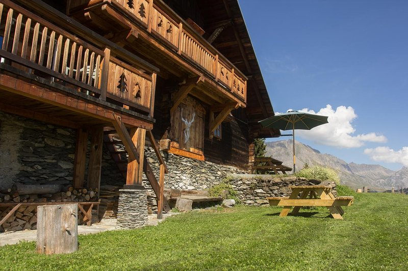 Spacious chalet with mountain view, holiday rental in Flumet