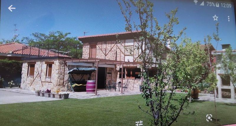 Villa El Salinar en Salamanca. Ideal familia/grupo. 9 personas, 4 dorm. 2 baños, holiday rental in Encinas de Abajo