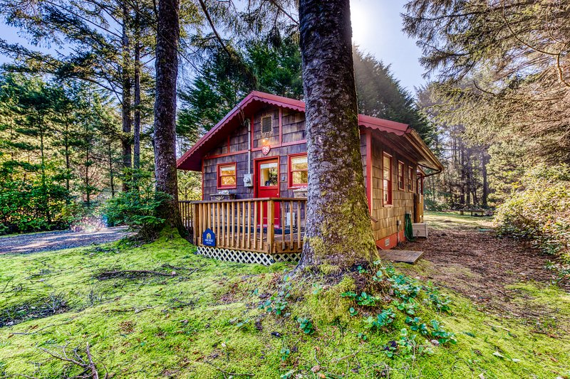Dog-friendly, cottage in the woods 75 yards to the beach! Free WiFi & Smart TV!, vacation rental in Yachats
