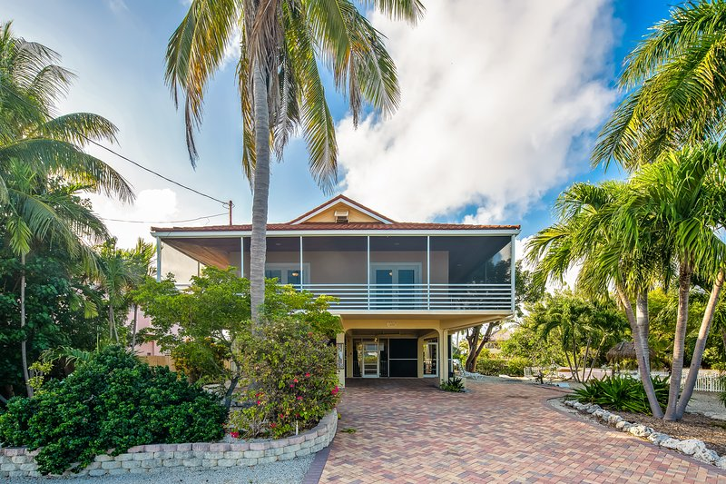 Lovely canal front home w/ boat dock, gas grill, loft, and private heated pool!, vacation rental in Marathon Shores