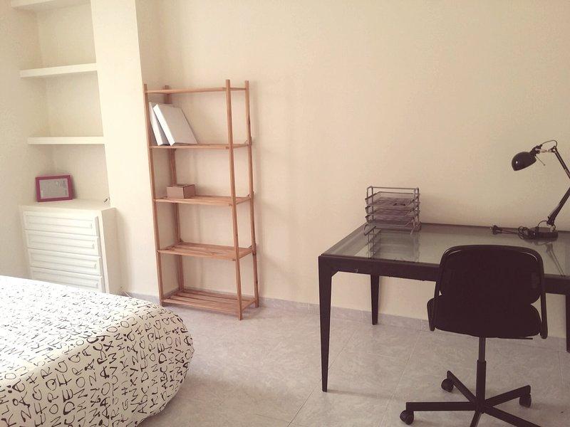 Lovely Two Bedroom Wifi Apartment in Valencia Centre, alquiler vacacional en Enguera