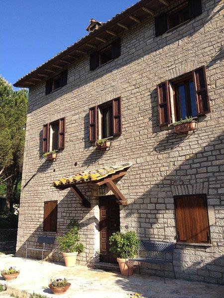 Casale dei Puppi, casa colonica nel cuore dell'Umbria, vacation rental in San Venanzo