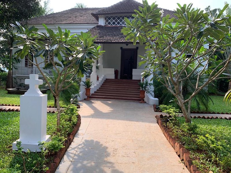 VILLA LOU GOA (EXCLUSIVE USE) Old Portuguese House with Pool, holiday rental in Parra