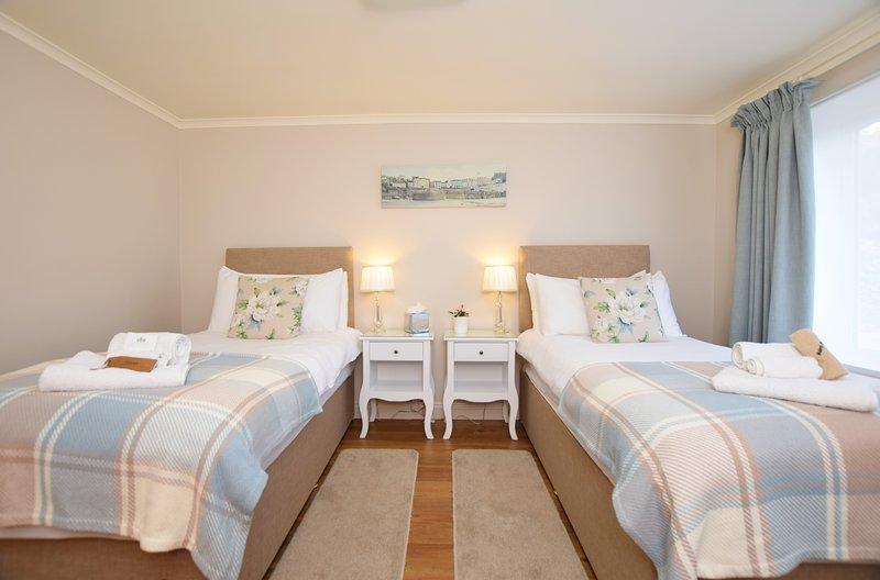 Chambre double spacieuse et lumineuse avec des lits simples pleine grandeur de qualité hôtelière