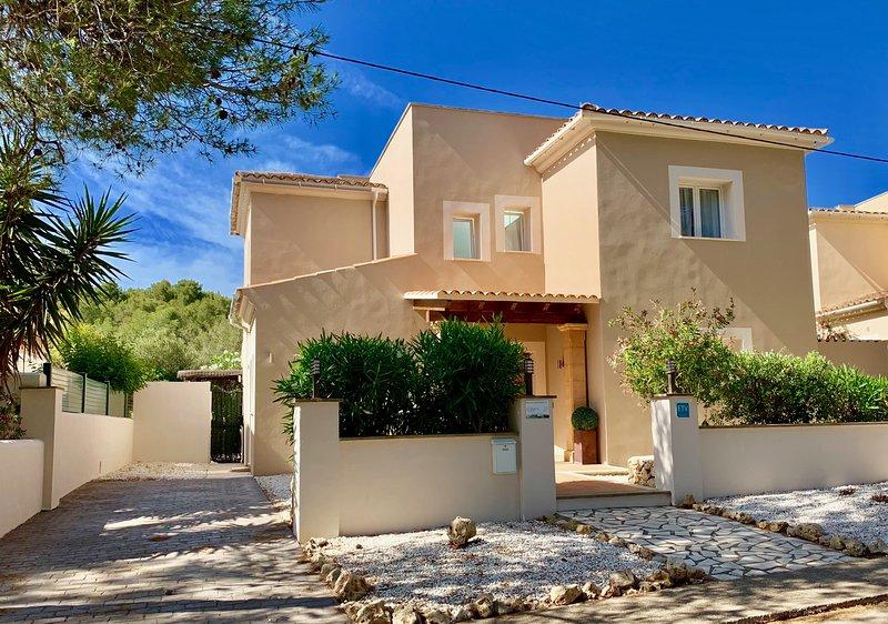 CASA ESPINA- Luxury Villa, with Hi Speed WiFi, Pool, Hot Tub & Sat TV, alquiler de vacaciones en Mallorca
