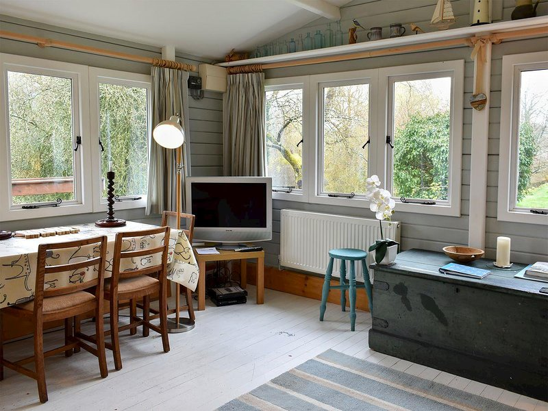 The Cat and Moose Cabin, holiday rental in Bishopstone