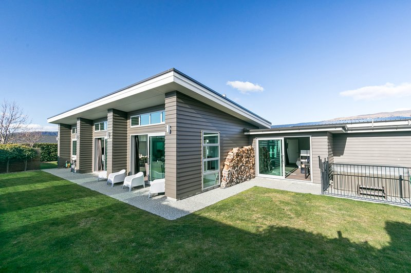 Stylish, modern home with 4 bedrooms, 4 bathrooms and a hot tub., vacation rental in Cardrona
