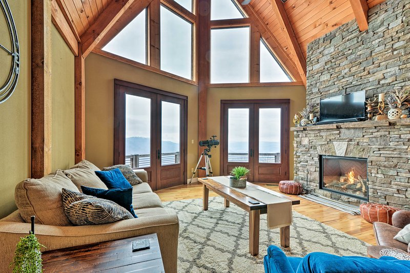 The Barn House - Perched Caldwell Mountain Retreat, location de vacances à White Sulphur Springs