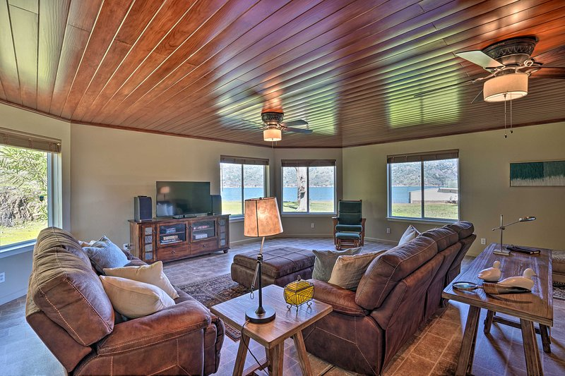 NEW! Waterfront Clearlake Retreat w/ Dock & Kayaks, holiday rental in Soda Bay