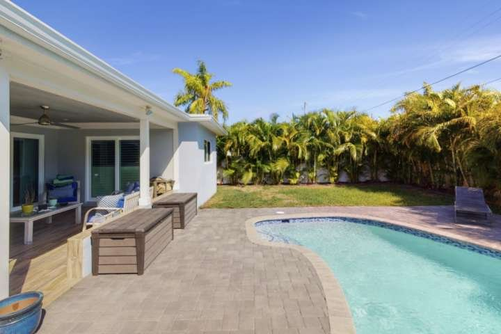 Newly Listed Poolside Retreat ~ 5 Min Drive to Beach & Dwntwn Boynton ~ Private, holiday rental in Boynton Beach