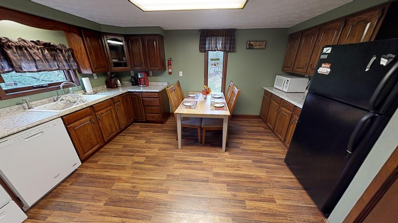 Charming Pines Lodge at Sand Run Lake in WNF, mins from Hocking Hills Ohio, casa vacanza a Athens