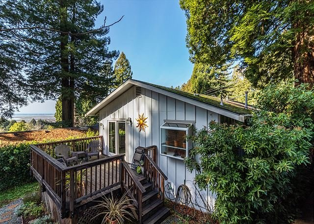 Hillside Home - Steps Away from Redwood Hiking Trails & Views of the Bay!, vacation rental in Arcata