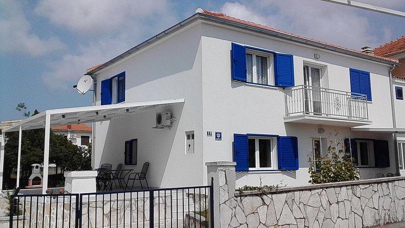 Jezera Holiday Home Sleeps 14 with Air Con - 5471024, casa vacanza a Jezera