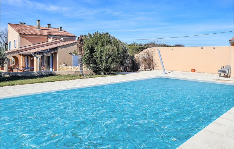Awesome home in Valréas with Outdoor swimming pool, WiFi and 3 Bedrooms (FPV692, vacation rental in Valreas