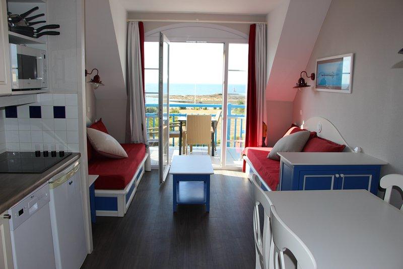 Vue mer et tout à pied (plage, piscine, centre, port...), vacation rental in Guilvinec