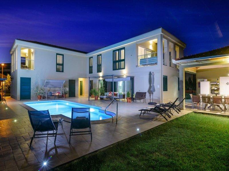Villa Marta Luxury House with Heated Pool, casa vacanza a Plano