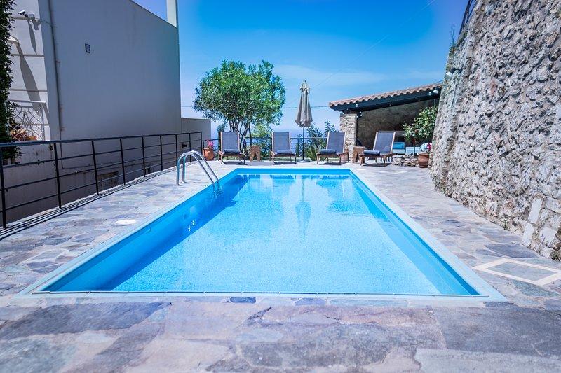 Villa Ventus, Charmful 4bdr villa with stunning views,pool,BBQ!!, aluguéis de temporada em Roussospiti