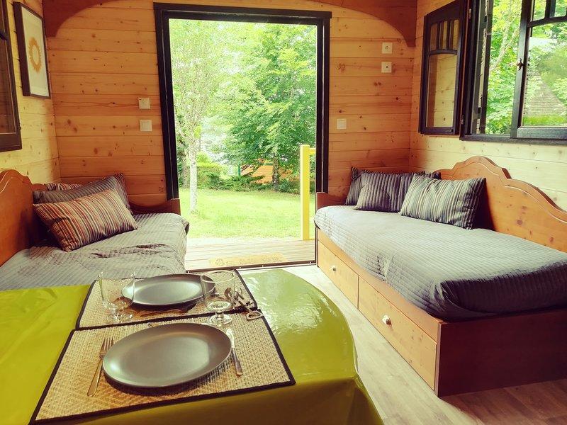 Roulotte au bord du lac des Settons, holiday rental in Lucenay-l'Eveque