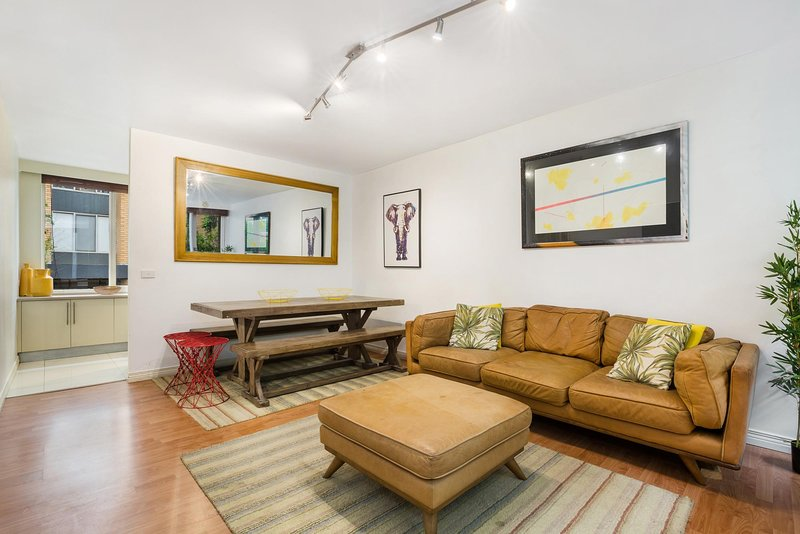 Retro Styled 3 Bedroom Apartment with Tree Views, holiday rental in Prahran